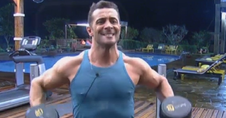 25.jun.2013 - Marcos Oliver faz caretas ao pegar pesado na malhação