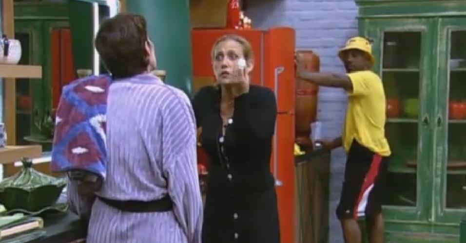 25.jun.2013 - Rita Cadillac diz à cantora que não é nada com ela, e que ela quer apenas fumar