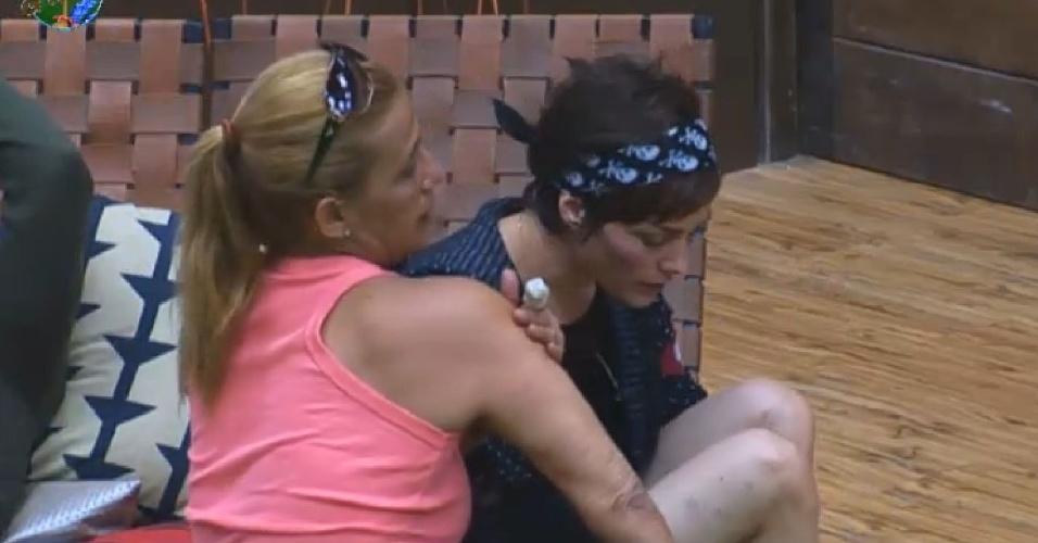 25.jun.2013 - Rita Cadillac mostra hematomas nos braços para Lu Schievano na manhã desta terça