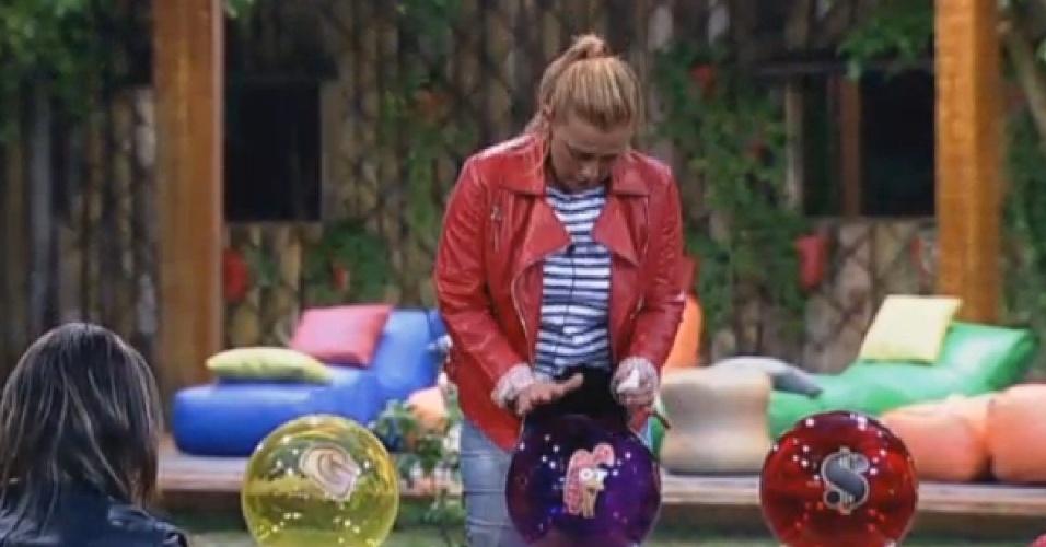 25.jun.2013 - Rita Cadillac pega a bola roxa e fala sobre a saudade da família