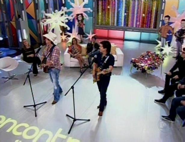A dupla Chitãozinho e Xororó cantou no programa especial de um ano do