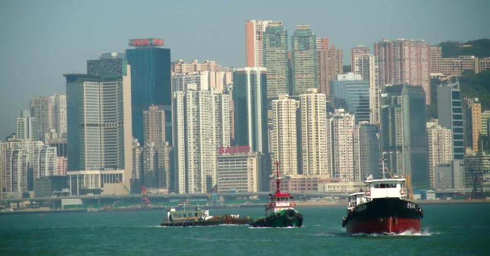 Barcos passam pelo Victoria Harbour, um dos cartões postais de Hong Kong, destino turístico localizado na costa sudeste da China
