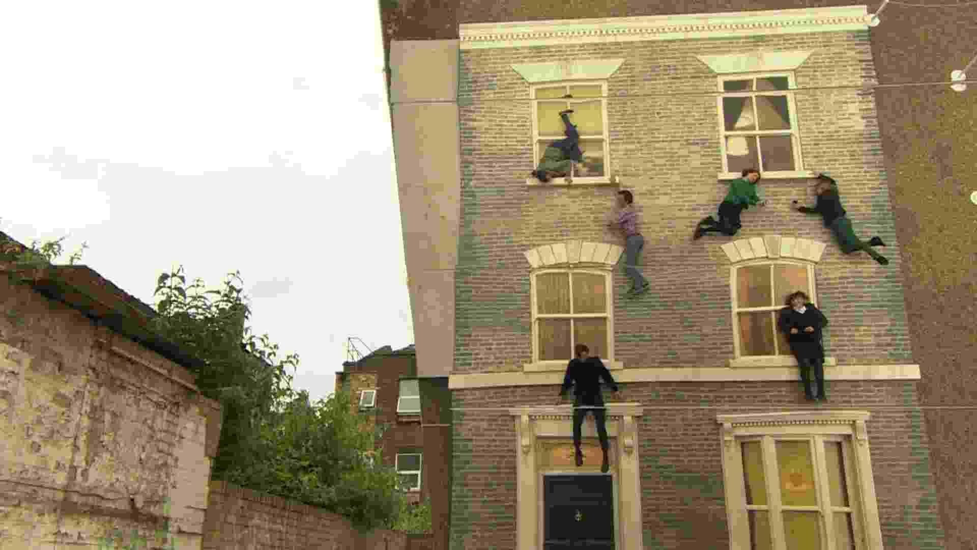 """Batizada """"Dalston House"""", a obra do argentino Leandro Erlich faz com que a imaginação do participante seja tão importante quanto a do próprio artista. A instalação, no bairro de Dalston, no leste de Londres, desafia a gravidade. E esta não é a primeira vez que Erlich faz isso. A instalação """"Piscina"""", de 2008, colocava os visitantes submersos, embora, no fundo, eles estivessem secos - BBC"""