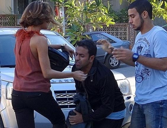 """Em """"Sangue Bom"""", Amora dá surra em fotógrafo que registra beijo em Bento"""