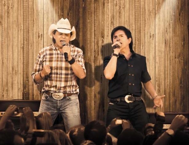 Já com ingressos esgotados, a dupla sertaneja Chitãozinho e Xororó se apresenta neste domingo (30), no Teatro Positivo, com a turnê