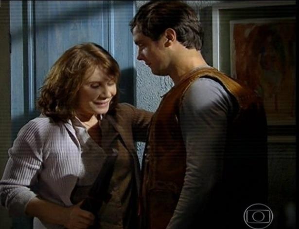 24.jun.2013 - Leocácia, mãe de João Gibão, usa uma tesoura para aparar as asas de seu filho João Gibão (Sérgio Guizé)