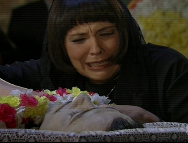 24.jun.2013 - Maria Aparadeira (Ana Beatriz Nogueira) no funeral de Cazuza (Marcos Palmeira), de quem o coração sai pela boca quando nervoso
