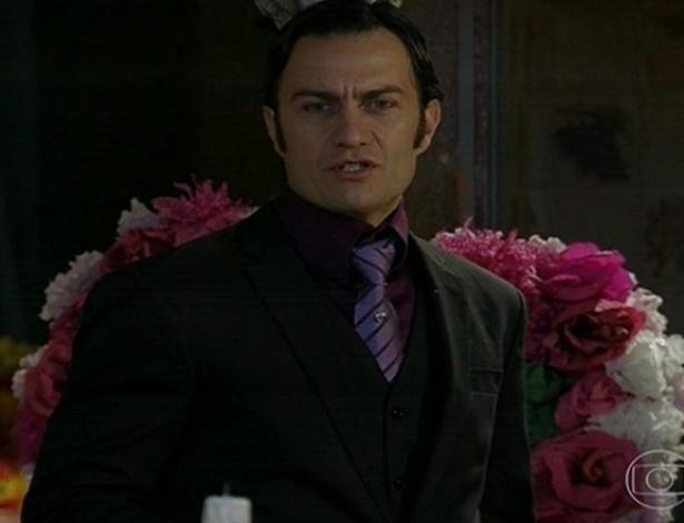 24.jun.2013 - Professor Astróbolo (Gabriel Braga Nunes), que tem fama de virar lobisomem, no velório de Cazuza