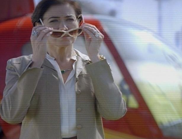 24.jun.2013 - Vitória Vilar (Lilia Cabral) chega de helicóptero na cidade para acertar contas com o passado