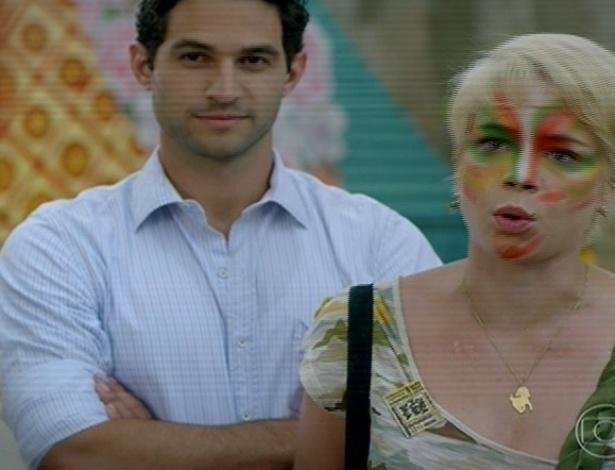 24.jun.2013 - Zélia com seu noivo, o prefeito Lua (Fernando Belo), nas manifestações para mudar o nome da cidade