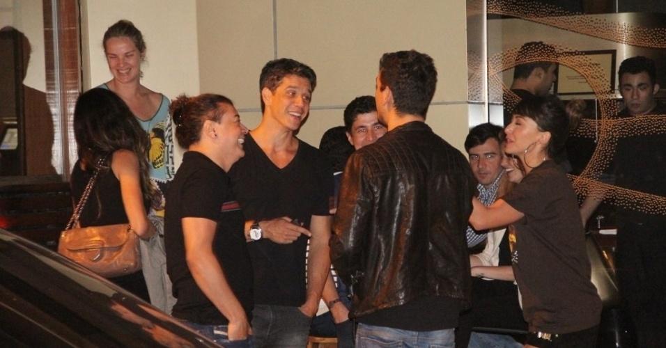 25.jun.2013 - Márcio Garcia, David Brazil, Sabrina Sato e João Vicente de Castro conversam depois de jantar no Leblon, Rio de Janeiro