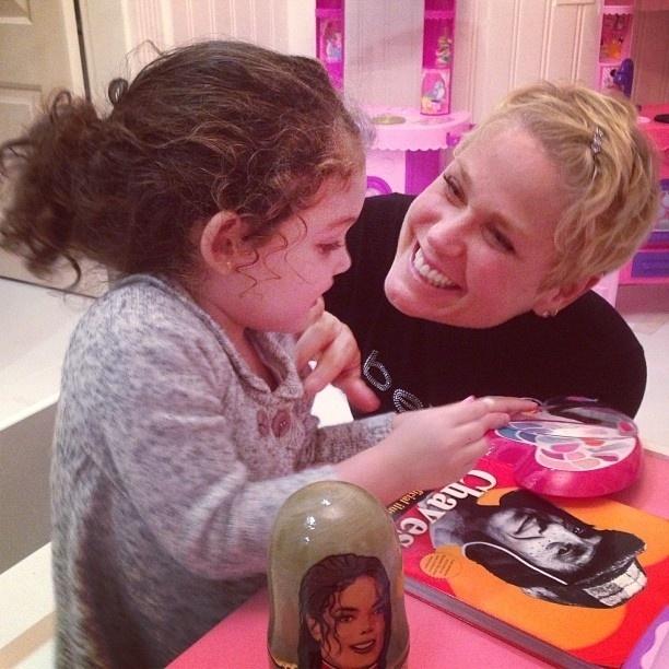 25.jun.2013- Xuxa brinca com filha de Jayme Monjardim