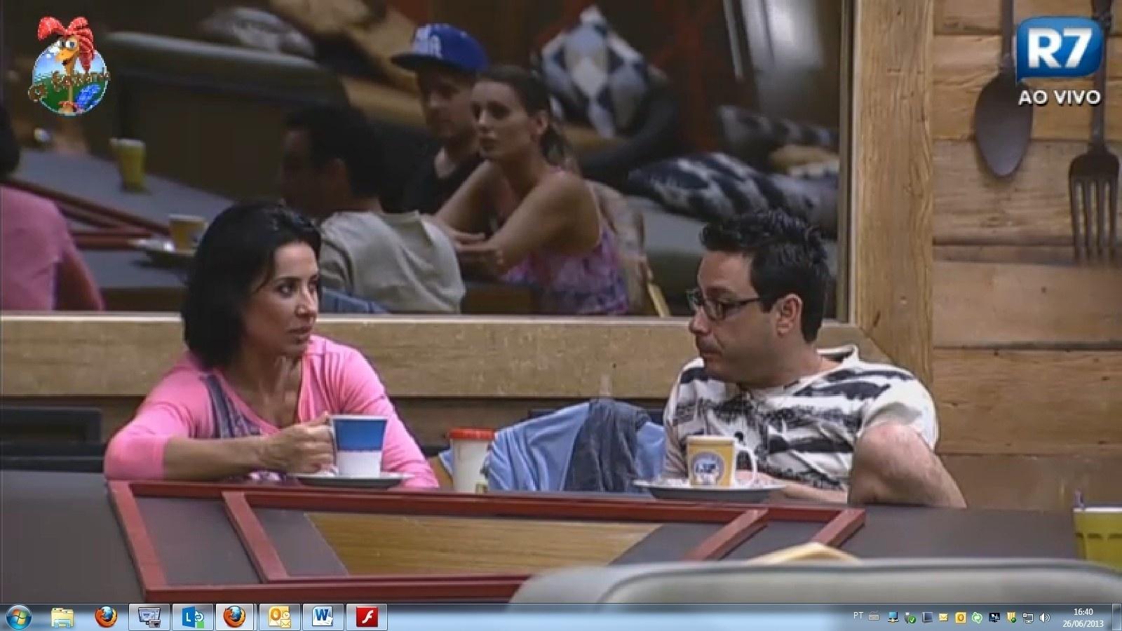 26.jun.2013 - Scheila Carvalho, Márcio Duarte e Andressa Urach conversam na sala de jantar