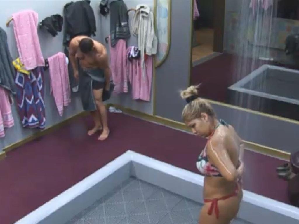 26.jun.2013 - Marcos Oliver e Mulher Filé tomam banho juntos na manhã desta quarta-feira