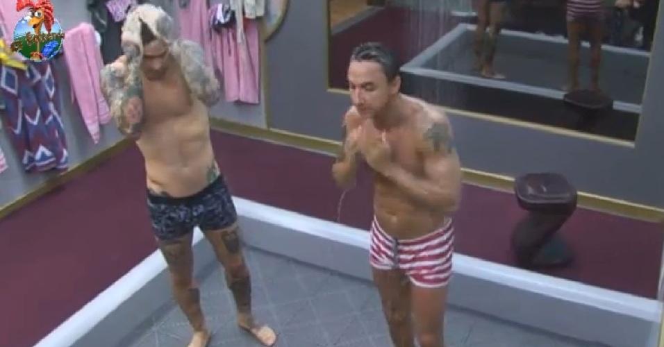 26.jun.2013 - Mateus Verdelho e Paulo Nunes exibem a boa forma no banho antes de enfrentar a academia