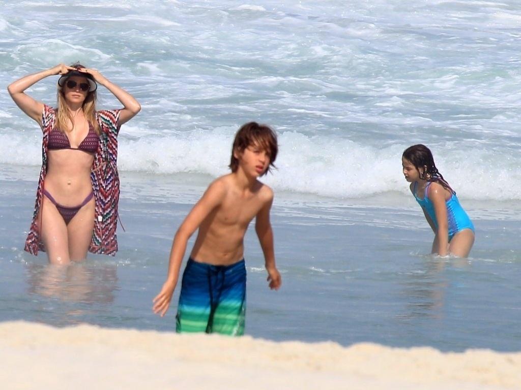 26.jun.2013 - Susana Werner aproveita praia com os filhos Cauet e Giulia na Barra da Tijuca, no Rio de Janeiro. As crianças são frutos de seu casamento com o goleiro Julio César