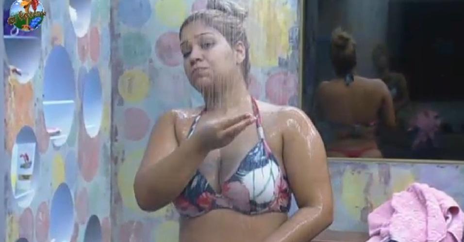 26.jun.2013 - Yani de Simone, a Mulher Filé, toma banho na manhã desta quarta-feira