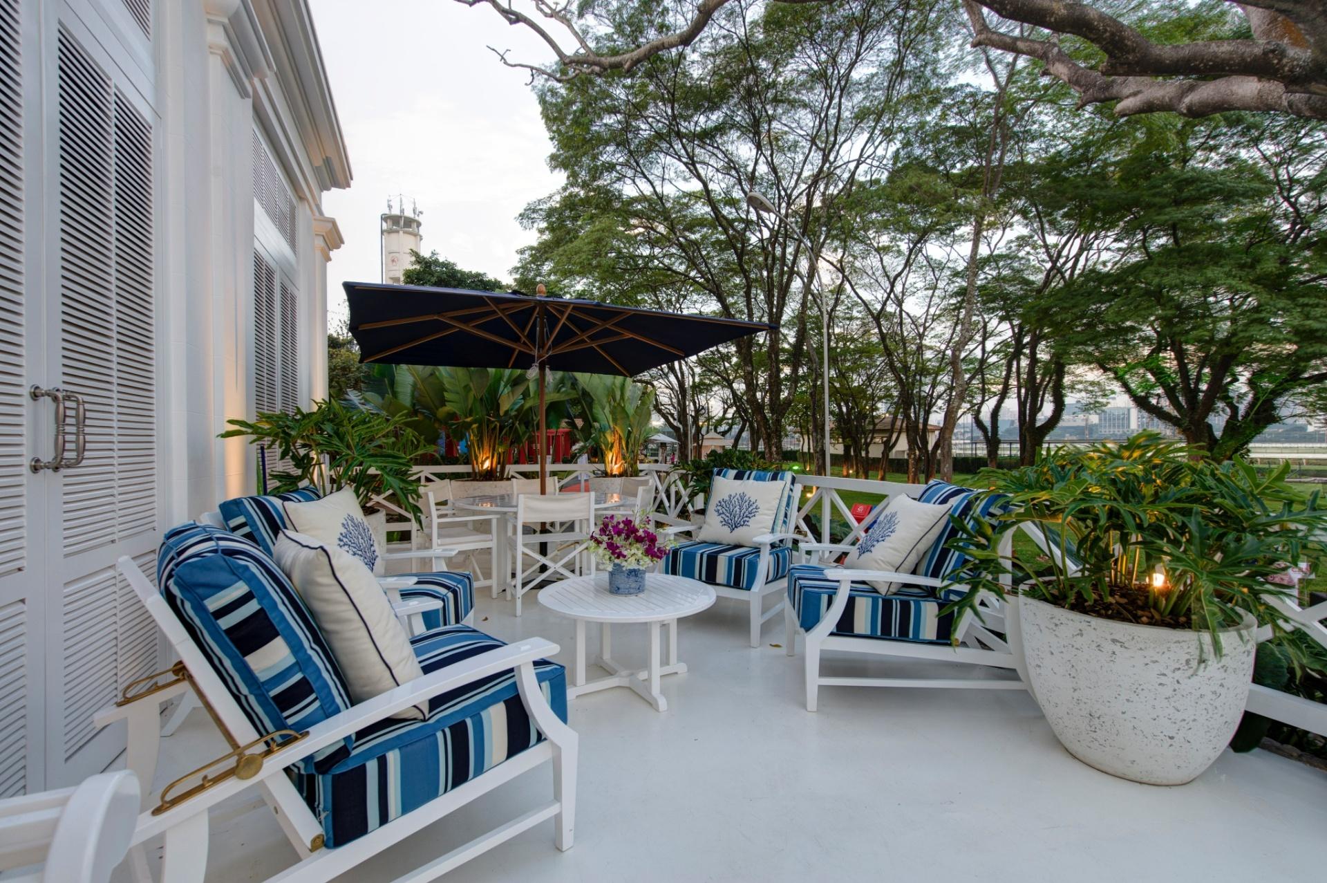 Para a decoração da varanda do espaço Deca, Sig Bergamin optou pelo uso do branco e tonalidades do azul. A 27ª Casa Cor SP segue até dia 21 de julho de 2013, no Jockey Club de São Paulo