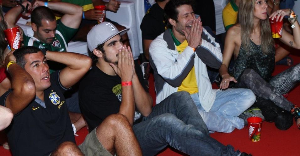 Caio Castro acompanha o jogo do Brasil