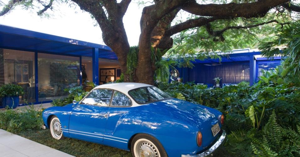 Na área externa da Casa de Praia, por Roberto Migotto, o pergolado em azul