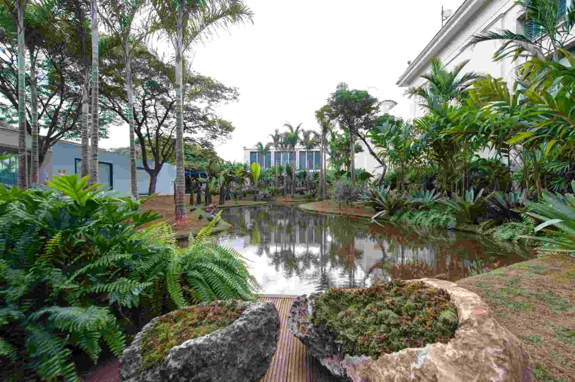 No espaço Tributo a Inhotim by Orsini, de 1.200 m², desenhado pelo paisagista Luis Carlos Orsini, há um lago de 500 m², cercado por espécies de palmeiras adultas, samambaias e outras plantas tropicais. A 27ª Casa Cor SP segue até dia 21 de julho de 2013, no Jockey Club de São Paulo - undefined