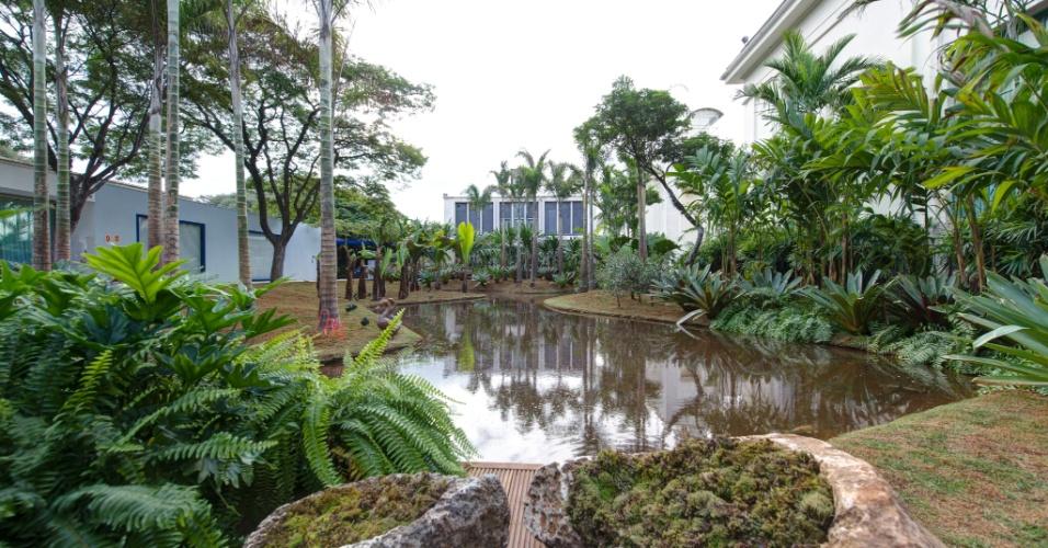 No espaço Tributo a Inhotim by Orsini, de 1.200 m², desenhado pelo paisagista Luis Carlos Orsini, há um lago de 500 m², cercado por espécies de palmeiras adultas, samambaias e outras plantas tropicais. A 27ª Casa Cor SP segue até dia 21 de julho de 2013, no Jockey Club de São Paulo