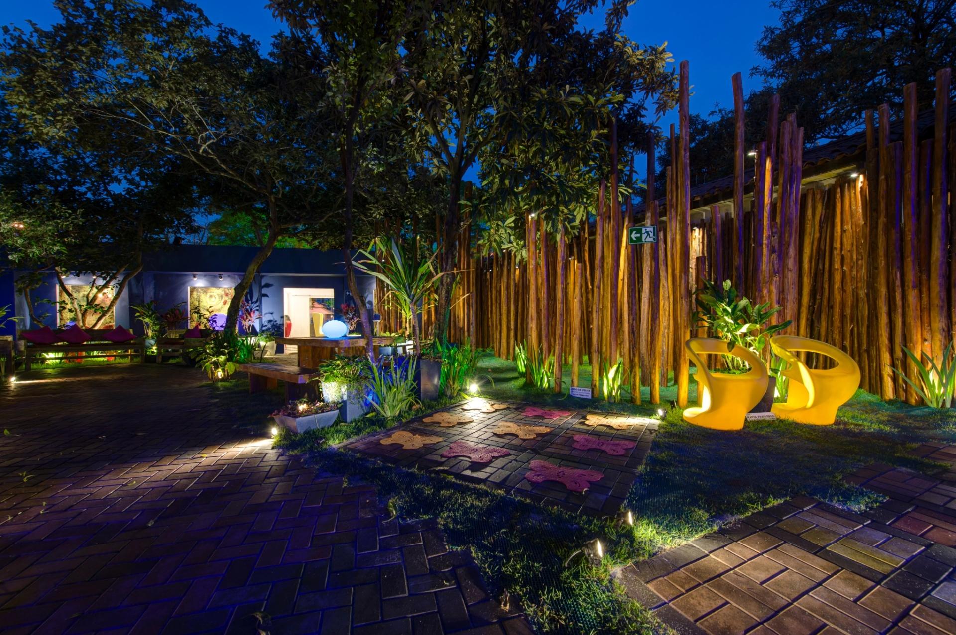 No Jardim da Casa de Chá, desenhado pela arquiteta e paisagista Katya Francisco, a iluminação noturna revela os pontaletes de eucalipto (à dir.). A 27ª Casa Cor SP segue até dia 21 de julho de 2013, no Jockey Club de São Paulo