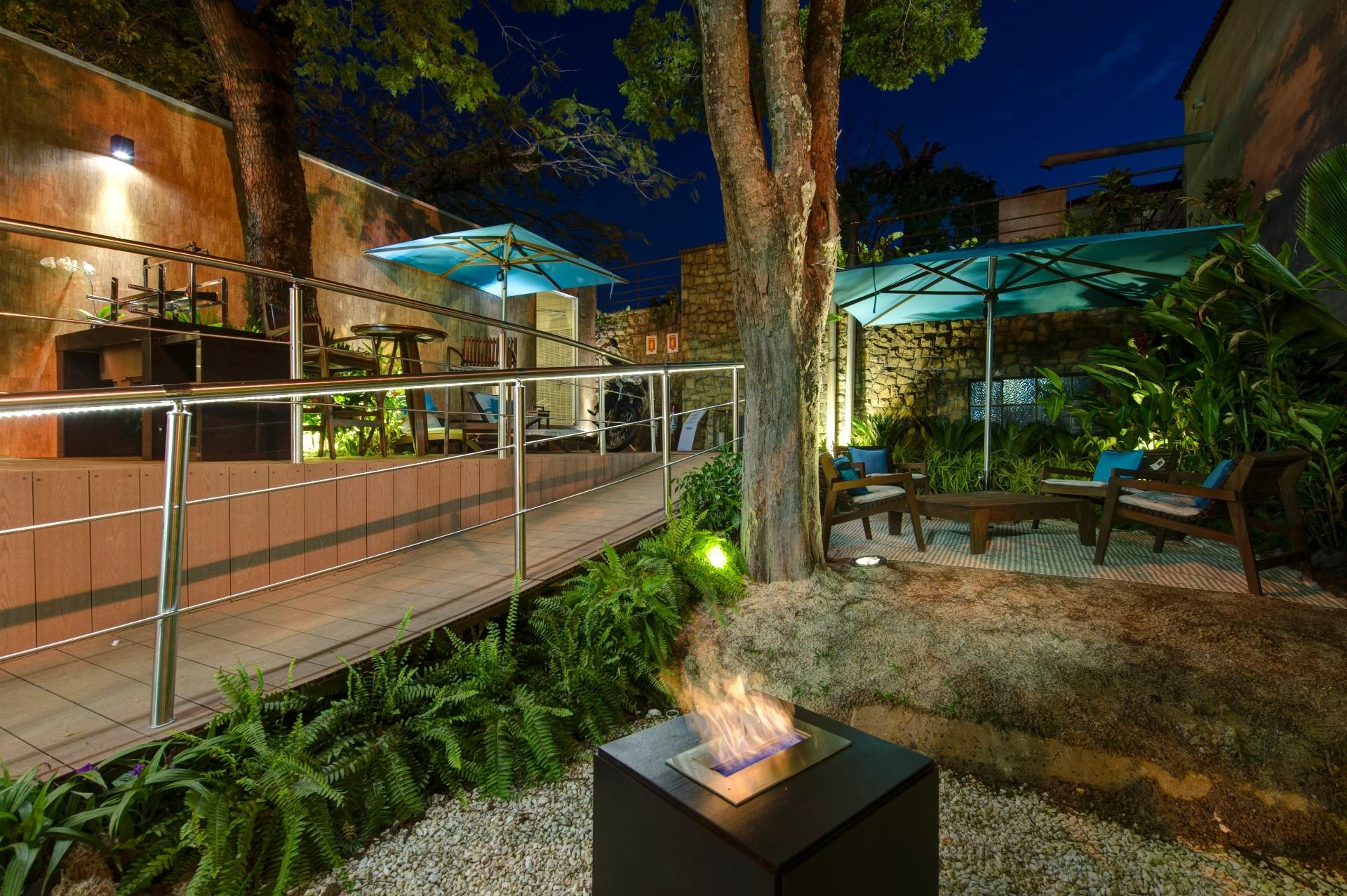 O Chalé do Velejador, projeto da arquiteta Selma Tammaro, conta também com uma área externa de lazer com jardim e espaço gourmet. Destaque para a lareira (em primeiro plano). A 27ª Casa Cor SP segue até dia 21 de julho de 2013, no Jockey Club de São Paulo