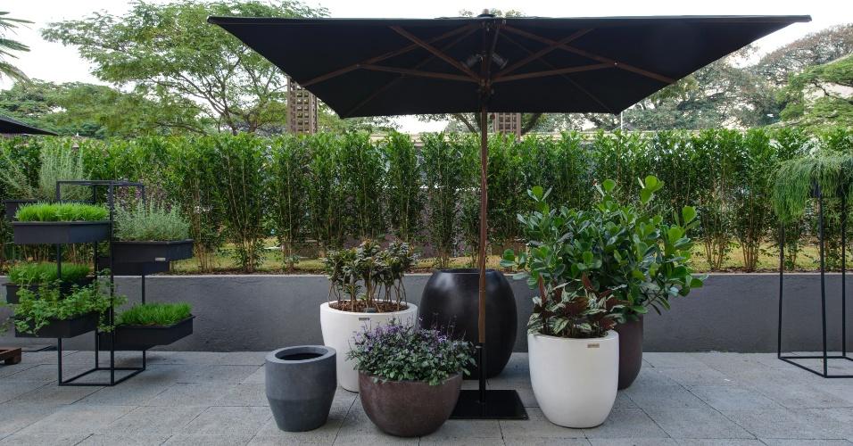 O Jardim Itinerante, de 250 m², do arquiteto e paisagista Marcelo Bellotto, conta com vasos de diferentes tamanhos e cores, além de uma horta vertical suspensa (à esq.). A 27ª Casa Cor SP segue até dia 21 de julho de 2013, no Jockey Club de São Paulo