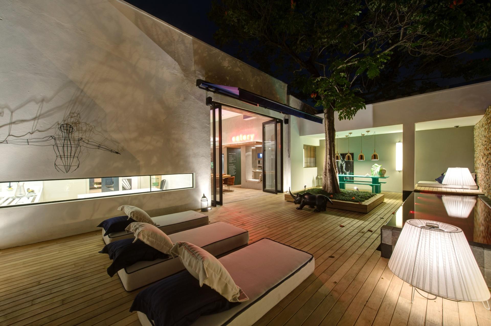 O terraço da Casa Weekend, projetada pela dupla Olegário de Sá e Gilberto Cioni, conta com colchões para descanso e uma piscina com borda infinita (à dir.). A 27ª Casa Cor SP segue até dia 21 de julho de 2013, no Jockey Club de São Paulo