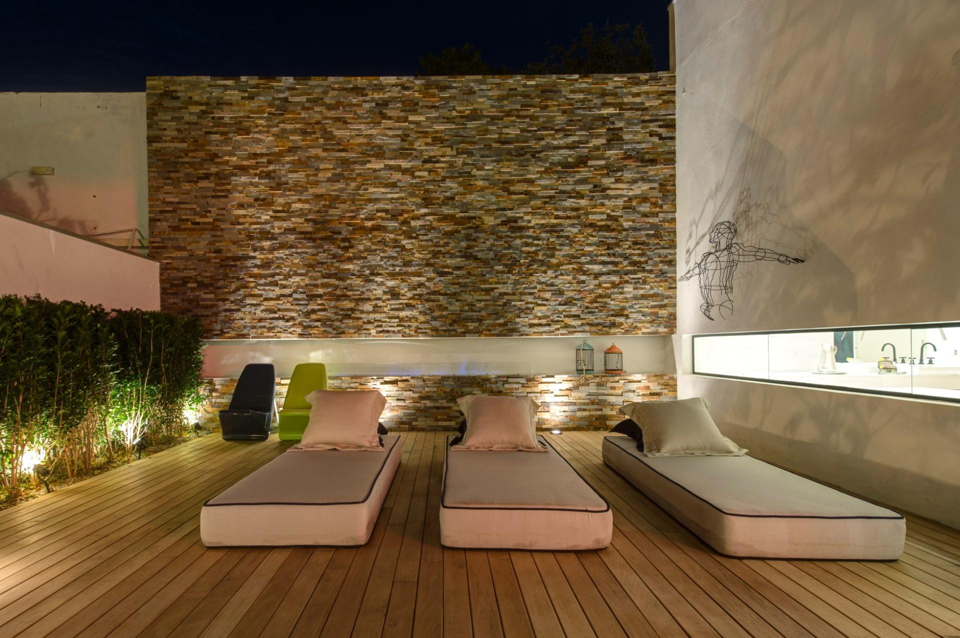 O terraço da Casa Weekend, projetada pela dupla Olegário de Sá e Gilberto Cioni, possui colchões para descanso, parede com acabamento texturizado e abertura envidraçada com visão para os ambientes internos. A 27ª Casa Cor SP segue até dia 21 de julho de 2013, no Jockey Club de São Paulo