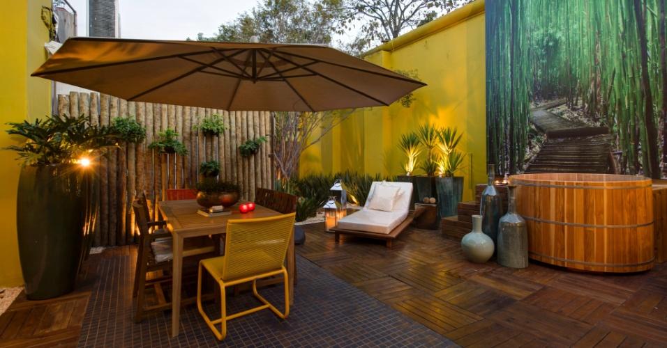O Terraço da Jabuticabeira, projeto da dupla Sara Palamoni e Meire Lemes, tem iluminação que dá um clima intimista ao espaço. A 27ª Casa Cor SP segue até dia 21 de julho de 2013, no Jockey Club de São Paulo