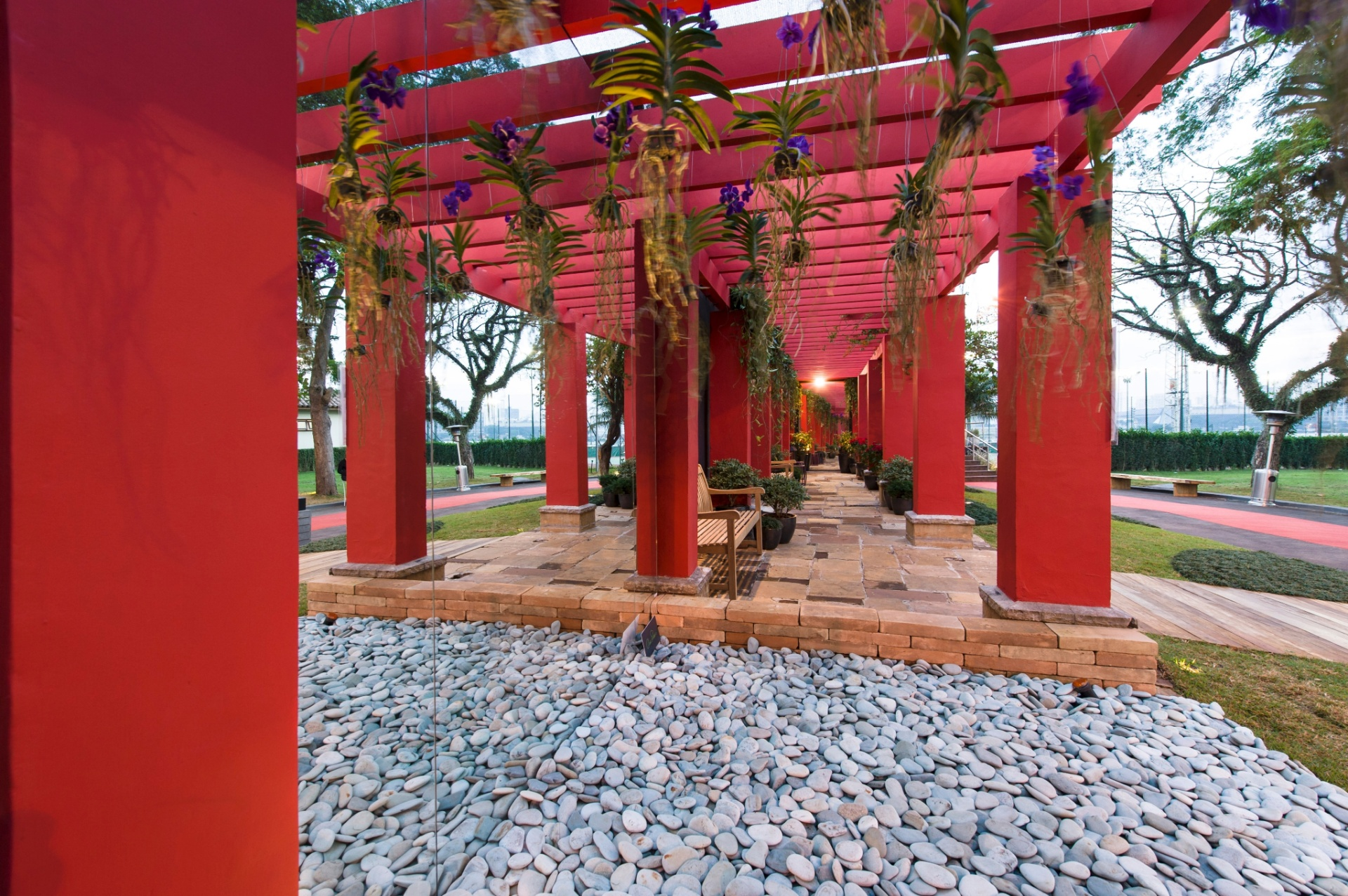 Quem assina o Jardim do Pergolado, de 170 m², é a paisagista Chris Pierro. A grande pérgola se destaca por seu monocromatismo e pelas orquídeas que dela pendem. A 27ª Casa Cor SP segue até dia 21 de julho de 2013, no Jockey Club de São Paulo