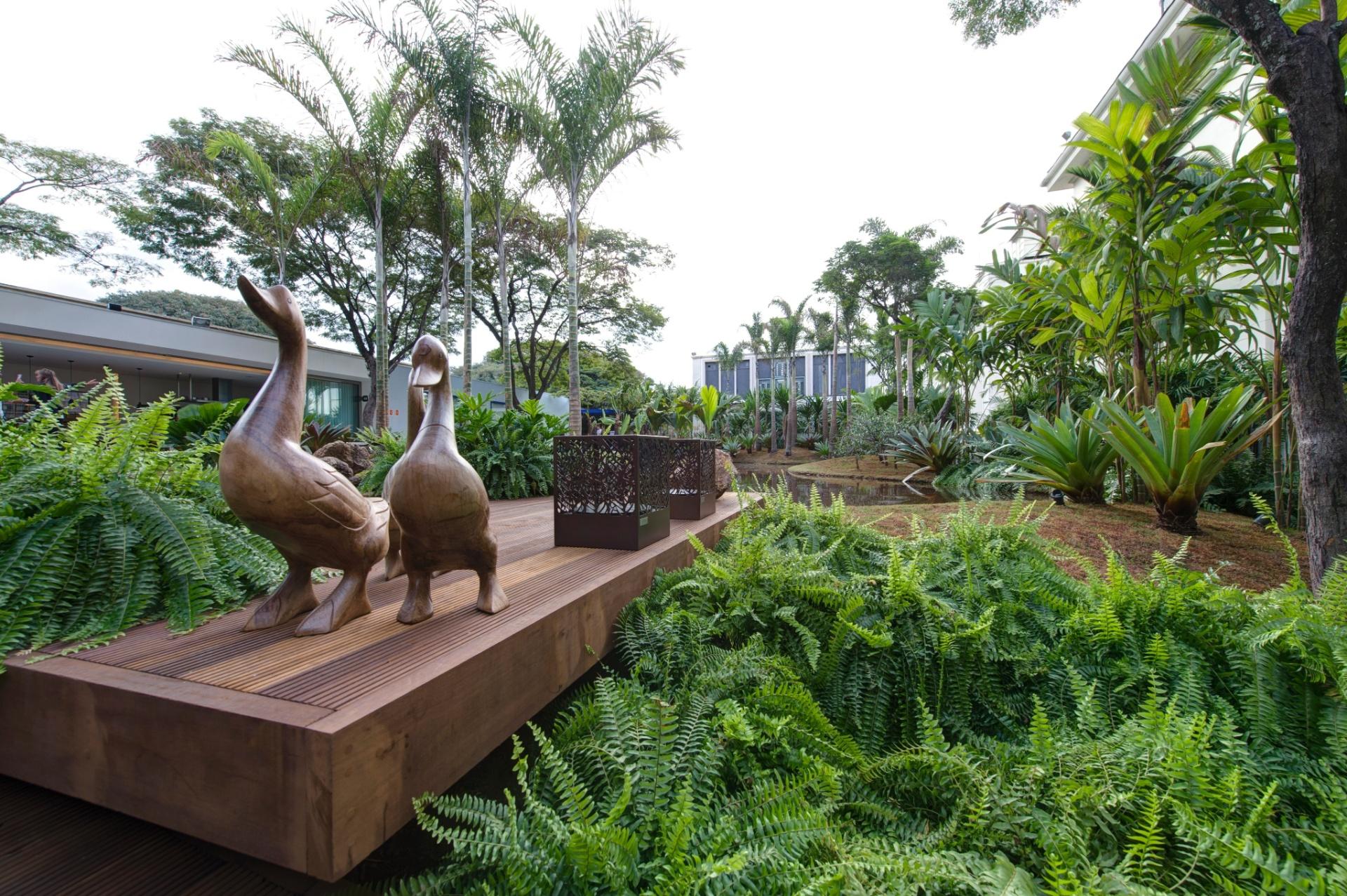Samambaias e palmeiras adultas marcam o espaço Tributo a Inhotim by Orsini, de 1.200 m², desenhado pelo paisagista Luis Carlos Orsini. A 27ª Casa Cor SP segue até dia 21 de julho de 2013, no Jockey Club de São Paulo