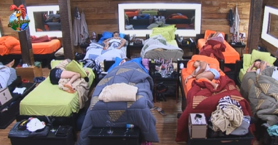 27.jun.2013 - Ainda de ressaca da festa de quarta-feira (26), peões dormem no início desta noite em
