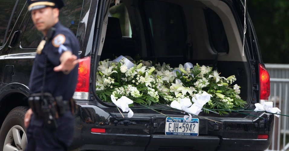 27.jun.2013 - Carro traz flores para o velório do ator James Gandolfini. A cerimônia aconteceu na Cathedral Church of St. John the Divine, em Nova York