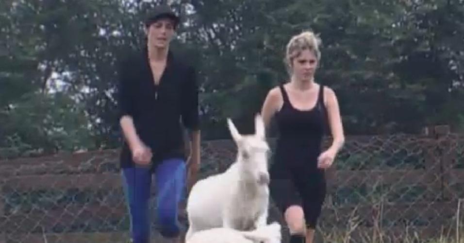 27.jun.2013 - Lu Schievano e Bárbara Evans cuidam das cabras e das ovelhas