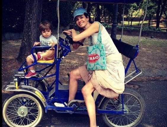27.jun.2013 - Luciana Gimenez posa com o filho Lorenzo em parque