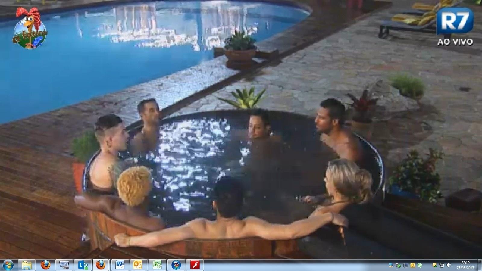 27.jun.2013 - No ofurô, Oliver, Mateus, Ivo, Yudi, Denise, Beto e Márcio falam sobre estratégia de jogo