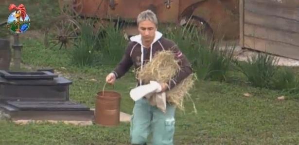 27.jun.2013 - Paulo Nunes ajuda Marcos Oliver na tarefa com os animais