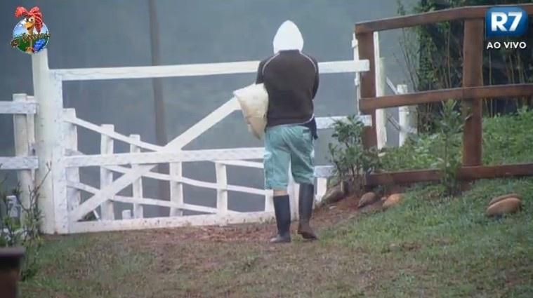 27.jun.2013 - Paulo Nunes também acorda cedo para ajudar nas tarefas com os animais da