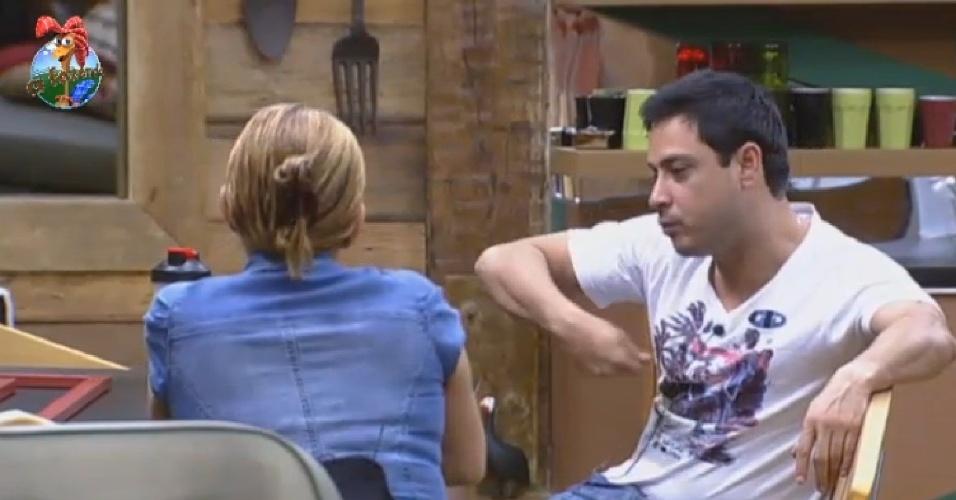 27.jun.2013 - Rita Cadillac e Márcio Duarte conversam sobre a casa da árvore