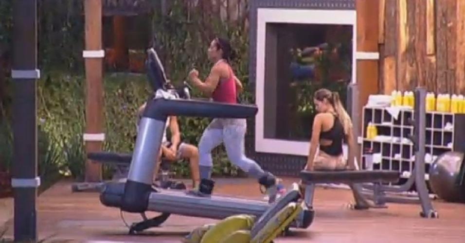 27.jun.2013 - Scheila Carvalho não perde o pique e mantém a forma na academia ao lado de Andressa