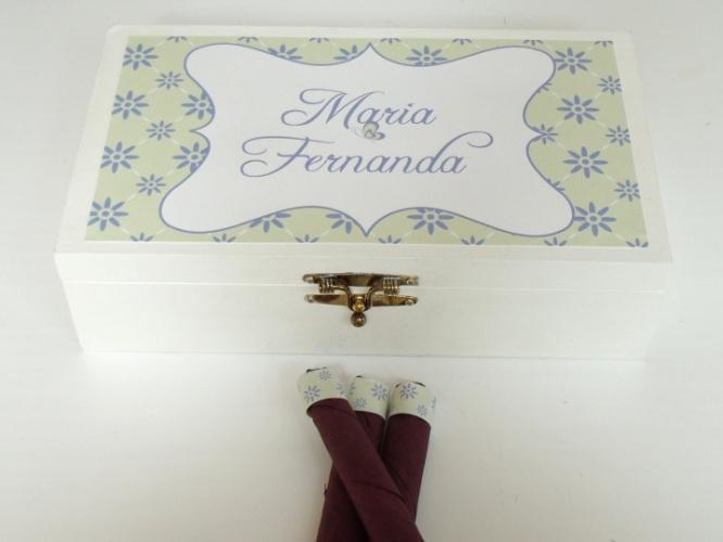 As lembrancinhas para os visitantes do recém-nascido, neste caso a caixa personalizada com charutos de chocolate, também podem fazer parte da decoração do quarto de maternidade