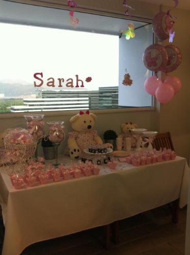 Balões de gás hélio, ursos de pelúcia, lembrancinhas e docinhos fizeram parte da decoração da mesa deste quarto de maternidade