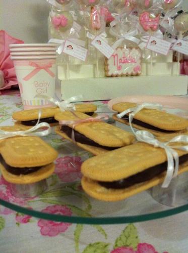 Biscoitos de maizena recheados com brigadeiro e decorados com fita também estão entre as opções de guloseimas da empresa carioca Julubeca para a festa de maternidade