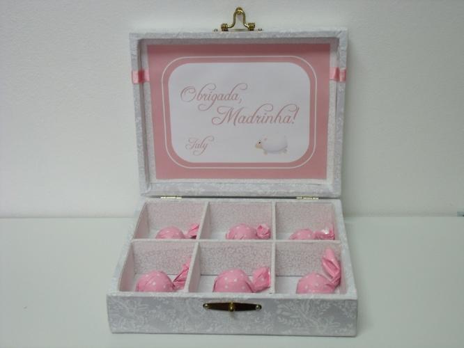 Caixa especial com bombons para a madrinha do recém-nascido. A mesma versão pode ser feita para o padrinho
