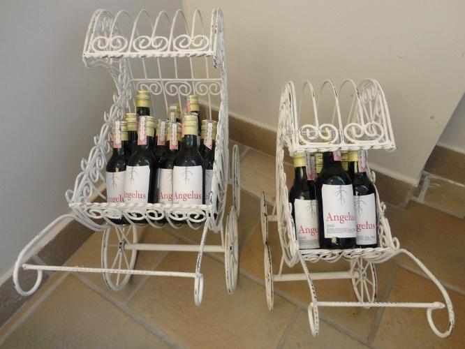 Carrinhos de ferro armazenaram vinhos com tag personalizada nesta festa de maternidade organizada pela empresa Julubeca, do Rio de Janeiro