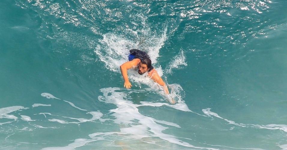 Cauã Reymond surfa na praia da Barra da Tijuca 2
