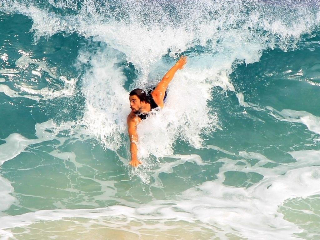 Cauã Reymond surfa na praia da Barra da Tijuca 3